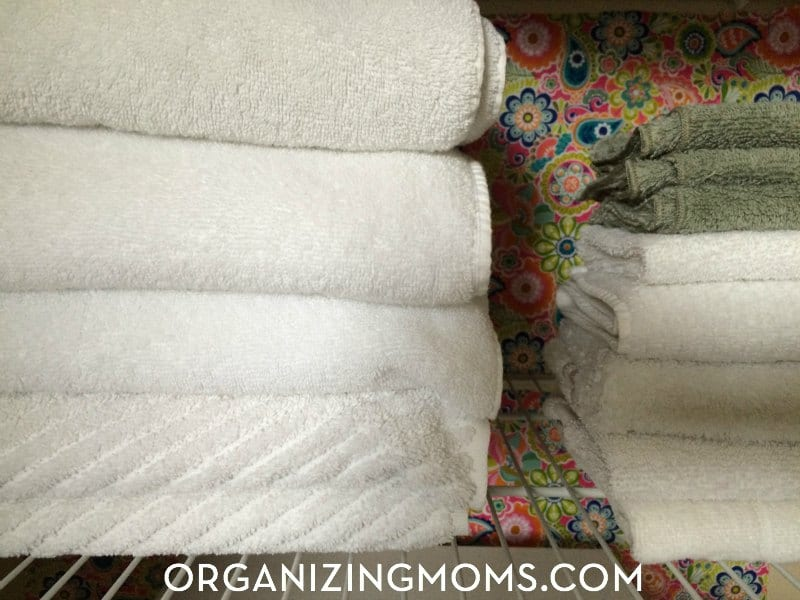 This linen closet transformation is amazing! Totally done with inexpensive supplies that could be used in a rental.