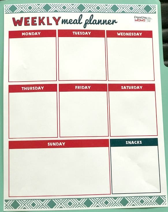 This cute free printable meal planner saves me tons of time and money on groceries. Makes meal prep so much easier!